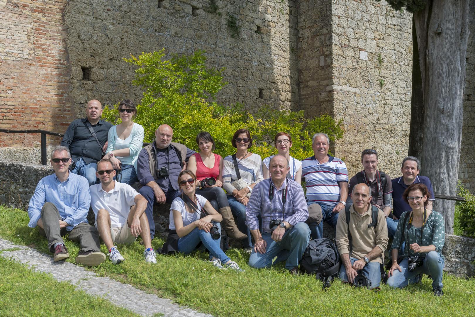 10 maggio 2014 foto di gruppo dei partecipanti all'uscita pratica del corso base di fotografia digitale 2014 nei pressi del castello di Susegana